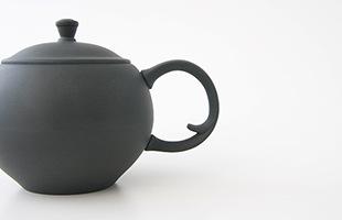 注ぎ口と反対側についている後手の把手が、ティーポットのような雰囲気もあり、紅茶等他の茶葉にもご使用いただけます