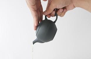 蓋摺りという蓋と本体に隙間をつくらない高い技術により密閉性があり、お茶を十分に蒸らしすことと、傾けたときにお茶が漏れずに最後の一滴までしっかりと注ぐことができます