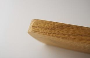 小口に凹みの加工が施されている為、とても持ちやすく、シンプルな形状ですが細部にまでこだわりが見られます