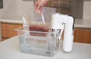 鍋中の湯の対流により、素材への熱の通りが均一になり、食材の熱の伝わり方のムラをなくします