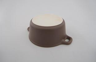 陶器の特性として、火にかけることで外側の底は焼け、黒っぽく変色します