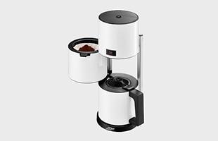 上部の部分に水を注入し、中部にコーヒー粉を入れたフィルタにセット、下部は淹れたてのコーヒーを注ぎ入れるポットとしての役割があります