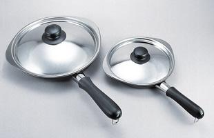 柳宗理 鉄フライパン ダブルファイバー窒化加工18cm と 22cmの比較画像
