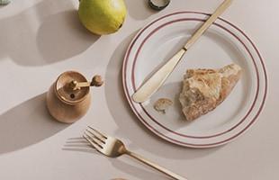 いずれも木目の比較的はっきりとしたオーク材を使用しているため、テーブル上での存在感もばっちり