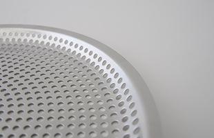 平ざるには、程よい間隔で穴あき加工が施されており食材の水切りに最適です