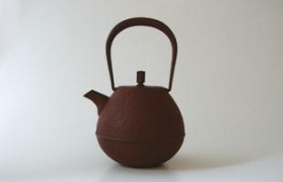 岩清水久生/空間鋳造/南部鉄器/鉄瓶/Egg大 朱色(0.7L) [空間鋳造の南部鉄器/鉄瓶]