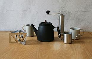 2017年 designshop azabu で開催した展覧会「釜定 南部鉄器ケトルとコーヒー展」にて限定販売されたデザインのポットとケトルになります(*展覧会期中販売したものとは細かな仕様が異なり、シリアルNo.も入りません)