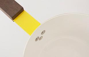 セラミック加工されたスチールとチーク材の異なる素材のコントラストも美しいソースパンです
