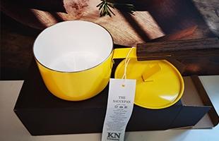 審美性・機能性を持つKnindustrie THE SAUCEPAN 黄色いソースパンはシンプルでありながら飽きの来ないデザインです