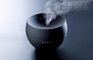 噴霧方法は細やかなミストが特徴の超音波式で、アロマミストも本体も熱くならず、また水がなくなった時は自動的にOFFになるので安心です