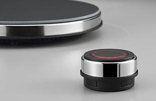 どの席からでもスマートに操作できるワイヤレスコントローラーがある為、本体は設置場所や向きの制限がありません