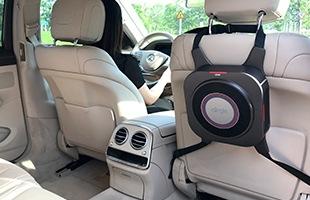 コンパクトなパーソナル空気清浄機は付属するシガーソケットアダプタと車載用ベルトにより自動車内での使用も可能です