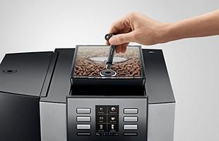 500gコーヒービーンホッパーと5リットル給水タンクは、どちらも専用キーを使用する安心ロック機能付きです