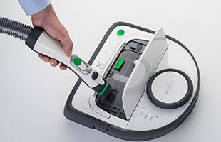 ロボット掃除機コーボルトVR300は、ダストボックス内のゴミを空にするためには、本体を開けてからご家庭の掃除機でダストボックス内のゴミを吸い出すことができます