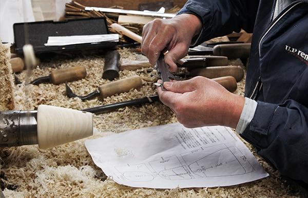 岩手県奥州市の「藤里木工所」、宮城県刈田郡の「丑蔵庵」のこけし職人との共同製作により生まれました