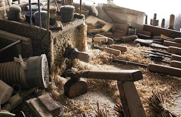 東北地方の職人が百年前より制作し続ける木製の人形、こけし。ろくろの回転から生まれるその柔らかな形状を残しつつ、動的な要素を取り込んだ新しいデザインです