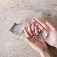 手の中に納まる丁度良いサイズ感の透明なオブジェは空間と調和しやすいです