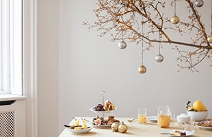 「LYNGBY PORCELAIN / Rhombe Bauble」は、クリスマスを柔らかな雰囲気と華やかさ、シンプルな美しさで彩ります。