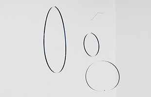 薄い金属の輪っかを吊り下げると、輪っかの大きさや吊り元の位置によって形が変わります