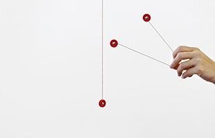 天井から降りる1本の糸に「V」の形状をした3つのパーツを取り付けることで完成します