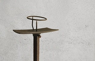 鉄ならではの存在感があり、シンプルでモダンな雰囲気の燭台です