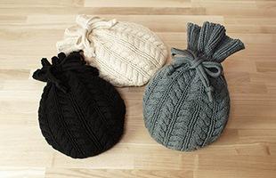 セーターのような縄編み模様に仕上げたデザインは、見た目にも暖かさを感じます