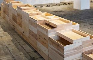 シャープな輪郭の「なんでもない箱」ですので、複数並べると、天然木の持つ多様な表情を味わうことができます