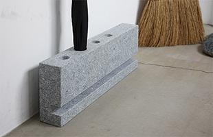 場所を取らずお使い頂ける、奥行きの小さいスリムなデザインですが、石の重みがあるので倒れる心配もありません。