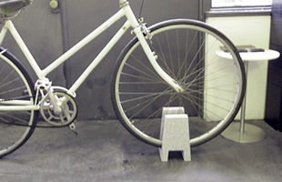 自転車を部屋に置く場合に、主張しすぎず、設置も簡単です