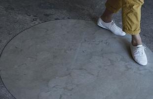 元々が建築材料として使われている素材ということもあり、家具や床の素材を選ぶことがなく、「mortar」を一枚敷くだけで自分だけの特別な空間をつくることが出来ます