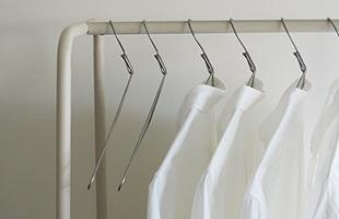 シンプルでありながら存在感があり、ハンガーラックに掛けるだけでシャツをおしゃれに収納することが出来ます