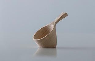 斜めに自立する形状は、使用する際は手に取りやすく、使用しないときはキッチンに飾っていても美しい形状です