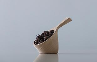 無垢の木材を使用しているため、使うたびにコーヒー豆の油がつき、日に日に深みが増し愛着が湧きます