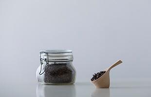 """経年変化による風合い、手触り感を大切にし、""""場""""と馴染んでいくメイドインジャパン・プロダクトのメジャースプーンは毎日入れるコーヒーを少し特別な時間にしてくれます"""
