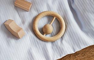 「丸みがあり、柔らかく、手に持ったときの心地よさを大切に」というデザイン信条のもと、一つひとつの木製オブジェを手作業で丁寧に作り続けています
