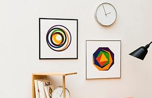 数学的で厳密な規則とその制限の中で描かれる具体美術表現であるコンクリート・アートは、飾るだけで部屋の空間がモダンになります