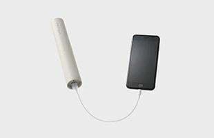 しまい込んでしまうと利用率が大幅に減るため、denqulはコンセントからも充電できる仕様にし、小物入れと一体化した充電ドックにすることで、スマートフォンの充電やメガネや筆記用具といったものと一緒にして置けるようになりました