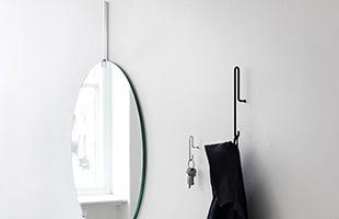 フックとネジが一体化しているので設置は本体を壁に差し込むだけ。バスルームではタオル、キッチンではエプロンや調理器具、玄関では鍵をかけておいたりと必要な場所に付けられます