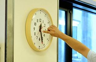 """アナログ時計は「""""その時刻""""になるまで""""時間があとどれくらいある""""のか」がビジュアルで見られるので、子どもでも感覚的に図形のようなイメージで理解しやすい点に特徴があります"""