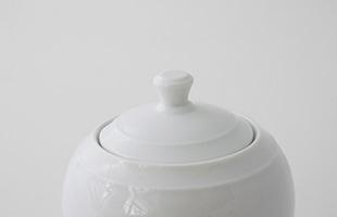 丸みのある美しいフォルムは、和洋問わず、食卓にちょこんと置いてあるだけで、その場をほっこりとさせてくれるデザインです