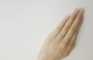 ブリリアントカットの華やかさを保ちながら、手にやさしく馴染むリングです