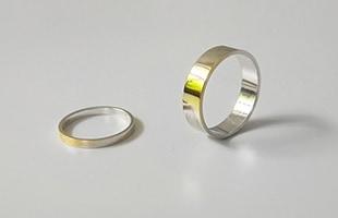 ゴールドの上にシルバーで薄くコーティングを施したシンプルなかたちのリングは、時間の経過とともに、ゴールドの地肌が見えてきます
