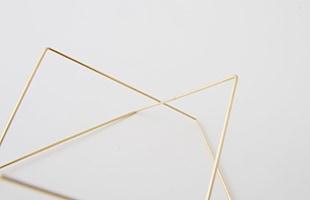 折り曲がり部分は鋭利に尖ることなく、柔らかな弧を描いており、細部にまでこだわって丁寧に製作されています