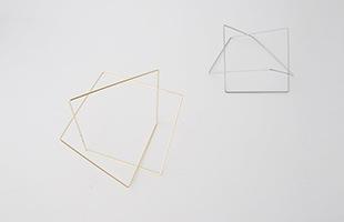 一本の線がループするように立体を描いています