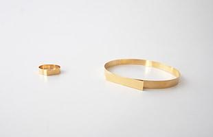 「blank ring」は円と線からつくられた、とてもシンプルなリング。同じデザインでブレスレッドになった「blank bracelet」もあります。