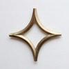 大治将典デザイン/FUTAGAMI/鍋敷き [しき]  空の美をモチーフにしたデザインが秀逸の鍋敷き [しき]  星  真鍮の鍋敷き [しき] は大治将典デザイン/FUTAGAMI の空をモチーフにしたシリーズ 富山・高岡にて1897年(明治30年)創業の真鍮の鋳物メーカー『二上』が、立ち上げた真鍮の生活用品ブランド 『 FUTAGAMI 』 の鍋敷き。 鍋敷き [しき] のデザインは、マゲワシリーズのデザインもしている大治将典氏です。 真鍮の質感・表情から一番初めに、栓抜きの三日月を作られました。その後、同じイメージから鍋敷き [しき] の星・月・太陽などが作られました。 真鍮は、使い込むとだんだんと表面が酸化していき、独特の鈍い色に変化していきます。毎日使い込む道具として、その変化を味わってみてください。 テーブルの上に、置いとくだけでも可愛らしい鍋敷き [しき] です。