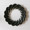 芳武茂介 鍋敷き 渦輪 花弁 角寄せ −工芸デザインの先駆者が残した伝統工芸の新たな美意識。  日本の伝統的な柄をモチーフにしながら、1966年にデザインされた鍋敷き [しき] です。 デザイナーの芳武茂介は現在の日本クラフトデザイン協会を設立し、クラフトデザイン運動を起こした、まさに工芸デザインの先駆者。山形鋳物の特徴である「薄肉美麗」を体言する高度な鋳物技術を用い、肉厚は薄く整えられ、鋳肌の美しさが際立ちます。