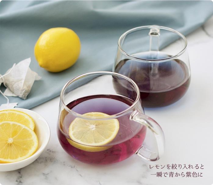 レモンを絞り入れると一瞬で青から紫に