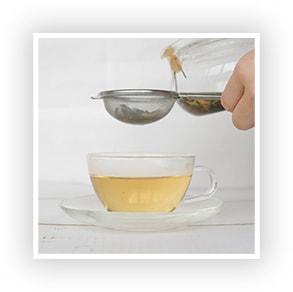 茶漉しを使って注ぐ