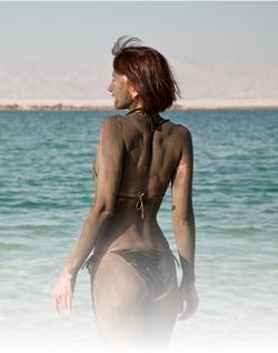 死海を訪れている女性